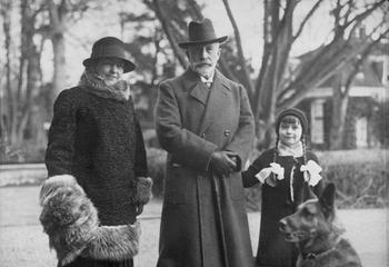 1931,_Doorn,_Kaiser_Wilhelm_II__mit_Gattin_und_Tochter.jpg