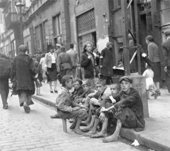 A group of teenagers in the Warsaw Ghetto.jpg