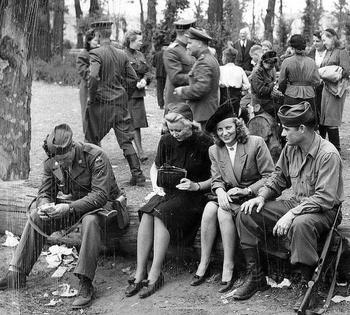 AMERICAN-SOLDIERS-GERMAN-GIRLS-BERLIN-1945.jpg