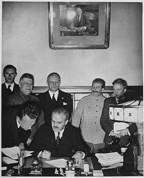 Abschluß des Hitler-Stalin Paktes.jpg