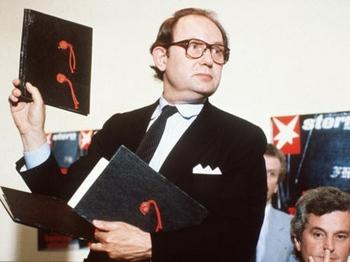 April 1983 hielt Heidemann während einer Pressekonferenz in Hamburg stolz eines der angeblichen Tagebücher in die Kamera.jpg