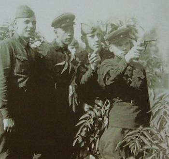 Калашников М.Т. в Киевском округе с друзьями курсантами. 1939-1940 г.jpg