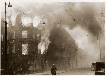 Das Ghetto wurde teilweise mit Flammwerfertrupps in Brand gesteckt.jpg
