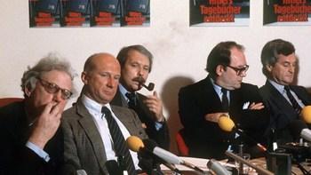 Der britische Historiker und Hitler-Experte Hugh Trevor-Roper, Stern-Chefredakteur Peter Koch, Redakteur Dr. Thomas Walde und Reporter Gerd Heidemann auf der Stern-Pressekonferenz.jpg