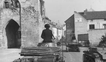 Deutsche Panzertruppen rollen ohne Widerstand nach Valkenburg (Holland) hinein.jpg