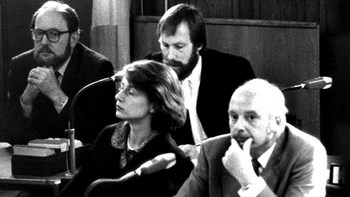 Die Angeklagten Konrad Kujau (r) und Gerd Heidemann (l) am 21. August 1984 vor dem Hamburger Landgericht. Sie wurden wegen schweren Betrugs verurteilt..jpg