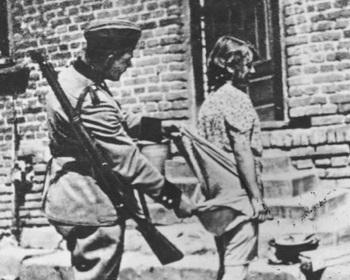 Die SS-Männer kamen und suchten sich die schönen Frauen aus. Sie sagten – für die Front, die Soldaten zu versorgen.jpg