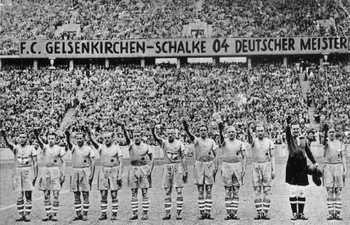 Die Schalker Meistermannschaft von 1939 posiert mit Hitlergruß im ausverkauften Stadion.jpg