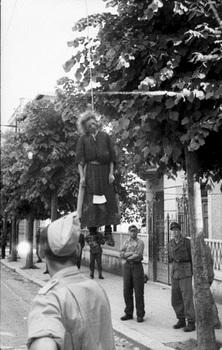 Donna impiccata dai nazifascisti ad un albero a Roma_1944.jpg