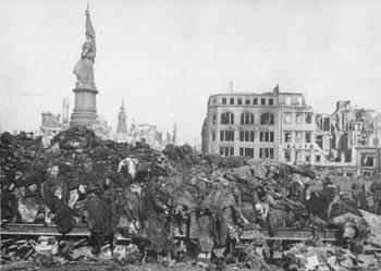 Dresden, Tote nach Bombenangriff.jpg