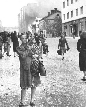 Finninsh civilian woman with a child after a soviet bomber attack in Helsinki, july 9, 1941.jpg