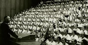 Heinrich Himmler spricht vor BDM-Unterführerinnen, 1937.jpg