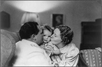 Hermann Göring hugging his wife Emmy and daughter Edda.JPG
