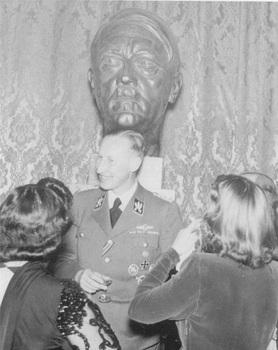 Heydrich conversa en un Cocktail delante de un busto de Adolf Hitler.jpg