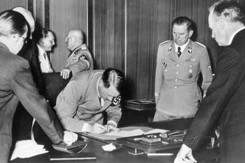 Hitler-unterschreibt-Muenchner-Abkommen.jpg