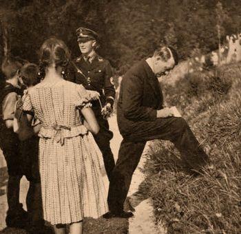 Hitler firma autografos en 1934_jpg.JPG