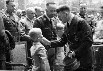 Hitler_HeydrichTrauerfeier.jpg