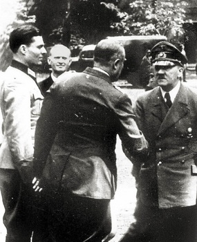 Hitler_shakes_hand_with_Generaloberst_Friedrich_Fromm_at_Wolfsschanze_1944__On_the_left_is_Oberst_Stauffenberg.jpg