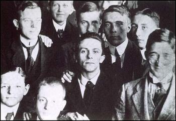 Joseph Goebbels with classmates in 1916.jpg