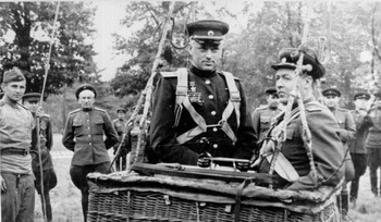 K.K.Рокоссовский перед подъемом в воздух в корзине воздушного шара. 1944.jpg