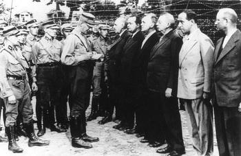 KZ Oranienburg, SA-Männer vor SPD-Häftlingen_1933.jpg