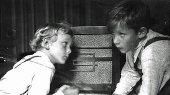 Kinder hören Radio.jpg