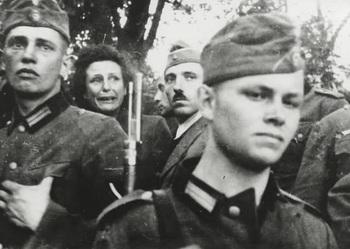 Leni Riefenstahl als Kriegsberichterstatterin bei einer Erschiessung am 05.09.1939 in Polen. Nach dieser Erschiessung brach sie ihre Arbeit als Kriegsberichterstatterin ab.jpg
