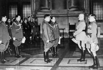 Mussolini recibe a los japoneses en Palazzo Venezia 1941.jpg