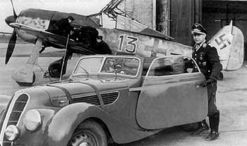 Oberstleutnant Joseph Priller arrivant avec sa BMW 327.jpg