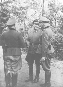 Oswald Pohl bei seinem Besuch in Auschwitz.jpg