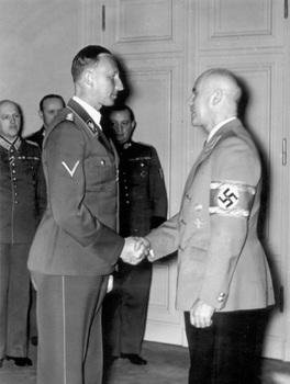 Reinhard Heydrich recibe al Ministro del Interior Wilhelm Frick.jpg