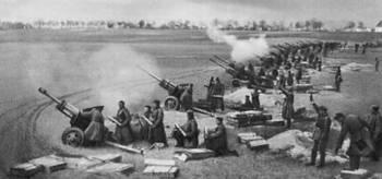 Soviet_artillery_firing_on_berlin_april_1945.jpg