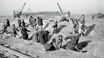 Sowjetische Zwangsarbeiterinnen 1943 bei Erdarbeiten am Diestelkai im Hafen Hamburg.jpg