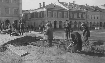 Zamosc-Jews-forced-labour-roadworks.jpg