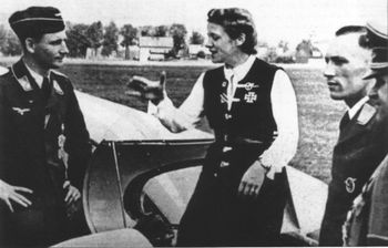 hanna_reitsch_with_two_glider_pilots.jpg