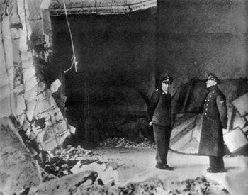 hitler-chief-gruppenfuhrer-schaub-inspect-damage-fuehrerbunker_1945.jpg