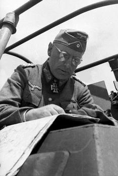 von Manstein mit Ritterkreuz und Eichenlaub vor Karte in mittlerem Schützenpanzer.jpg
