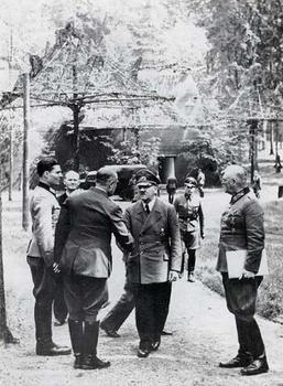 von_stauffenberg_Hitler.jpg