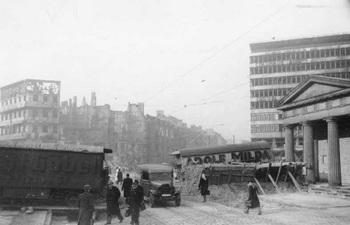 1945_Berlin_Panzersperre_am_Potsdamer_Platz1.jpg