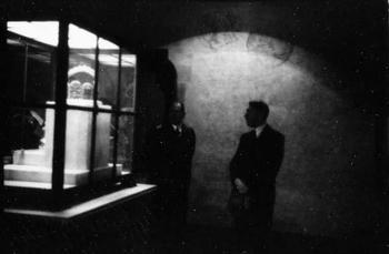 Adolf Hitler besichtigt die in Nürnberg ausgestellten Reichskleinodien, hier die Kaiserkrone.jpg