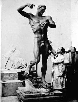 Arno Breker bei der Arbeit an Prometheus, Fotografie, ca. 1935.jpg