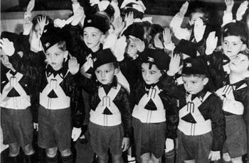 Bambini con le divise dei figli della lupa.jpg