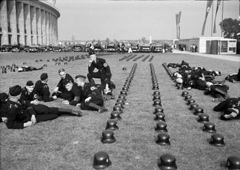 Berlin, Olympiade, SS lagert vor Olympiastadion.jpg
