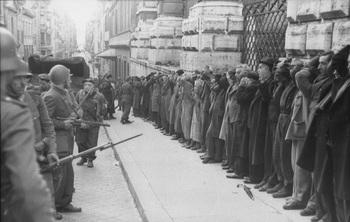 Civili arrestati subito dopo l'attacco di via Rasella_1944.jpg