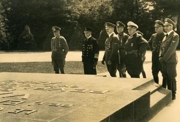 Compiègne hitler 1940.jpg