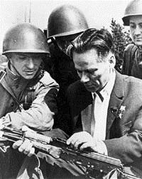Калашников объясняет воинам Советской армии.jpg