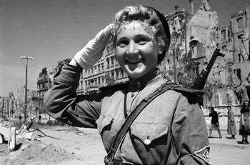 Регулировщица в Берлине, 1 мая 1945.jpg