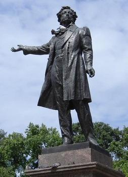 У памятника Пушкину.jpg