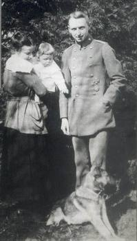 E.Manstein, his wife Jutta-Sibylle and his daughter Gisella.jpg