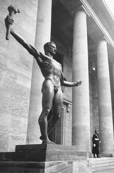 Es sind Entwürfe für die Ausführung der überlebensgroßen Figuren am Hauptportal der Neuen Reichskanzlei in Berlin2.jpg